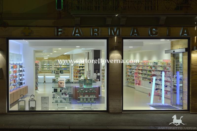 Farmacias escaparate mobiliario farmacia sartoretto verna for Muebles para escaparates